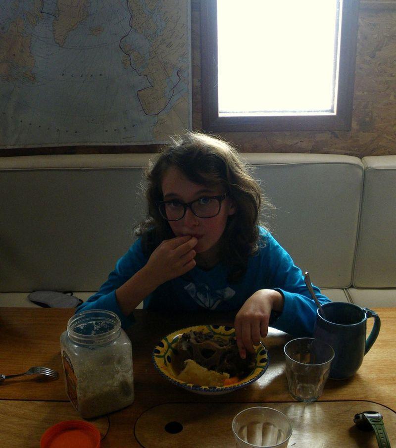 Agathe mange boeuf musclé